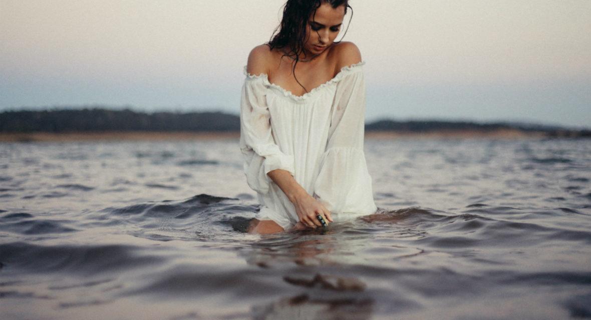 Eine Frau steht im Meer