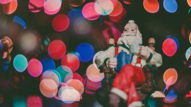Weihnachtsmann Figur in einem Baum