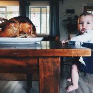Baby Gewicht: Kind sitzt am Tisch vor einem Truthahn