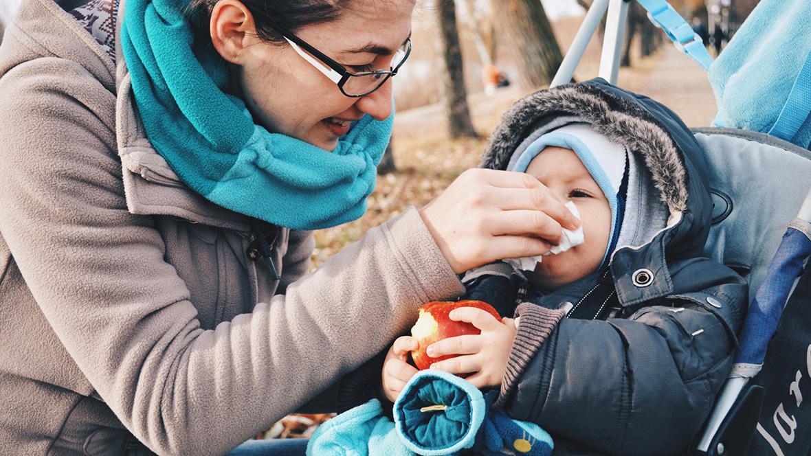 Ein Baby wird bis zu 6 Mal im Jahr mit Schnupfen angesteckt. Was hilft, wenn es passiert ist?