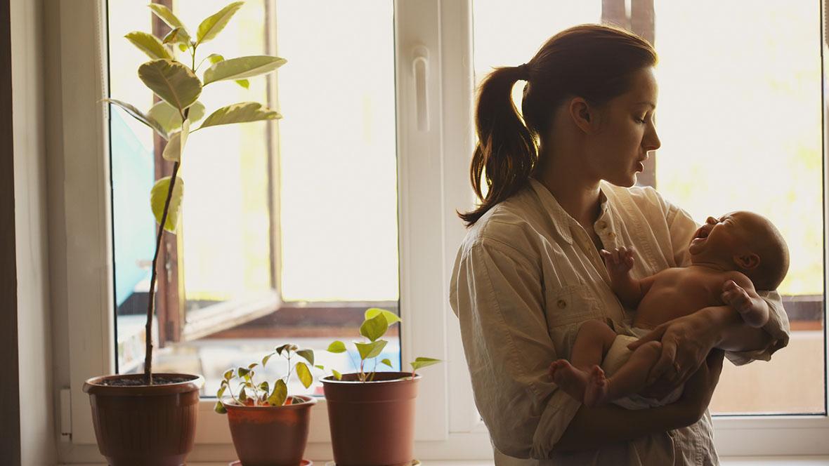 Mutter hält schreiendes Baby im Arm