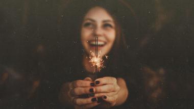 Frau hält Wunderkerze