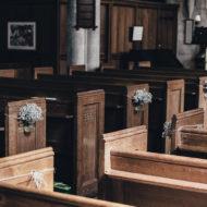 leere Kirchenbänke bei der Taufe