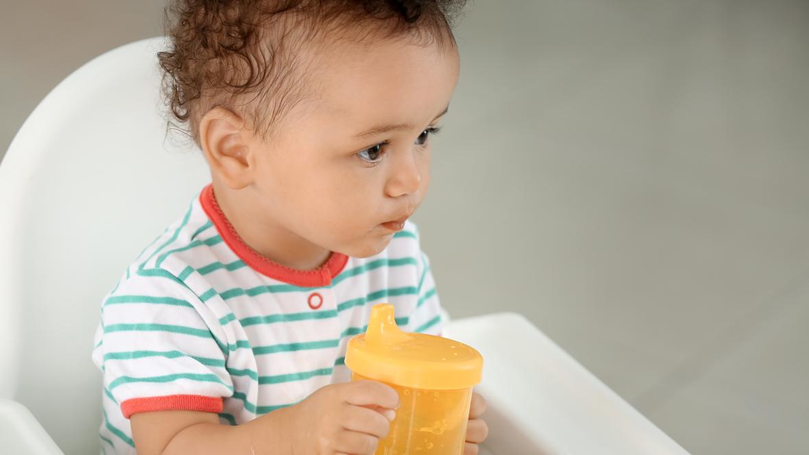 Kleiner Junge mit Trinklernbecher