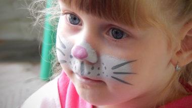 Mädchen ist als Katze geschminkt für Fasching
