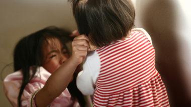Kinder streiten sich und ein Kind beißt