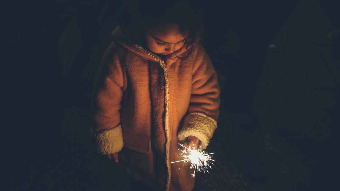 Ein Kind mit einer Wunderkerze in der Hand