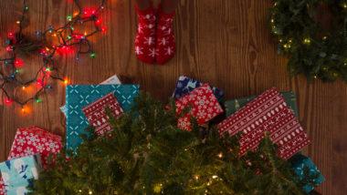 Geschenke für Schwangere liegen unter einem Weihnachtsbaum