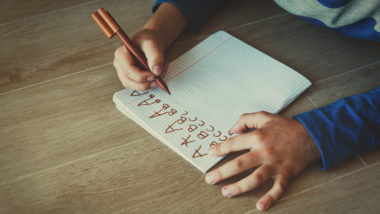 Junge lernt schreiben