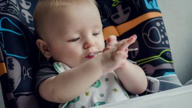 Baby 26 Wochen alt versucht mit Löffel zu essen
