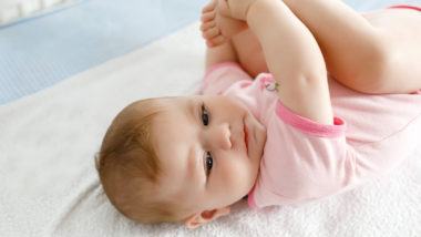 Baby 19 Wochen liegt auf dem Rücken