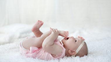 Baby 22 Wochen liegt auf dem Rücken