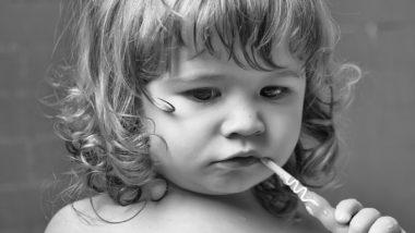 Kind putzt sich die Zähne