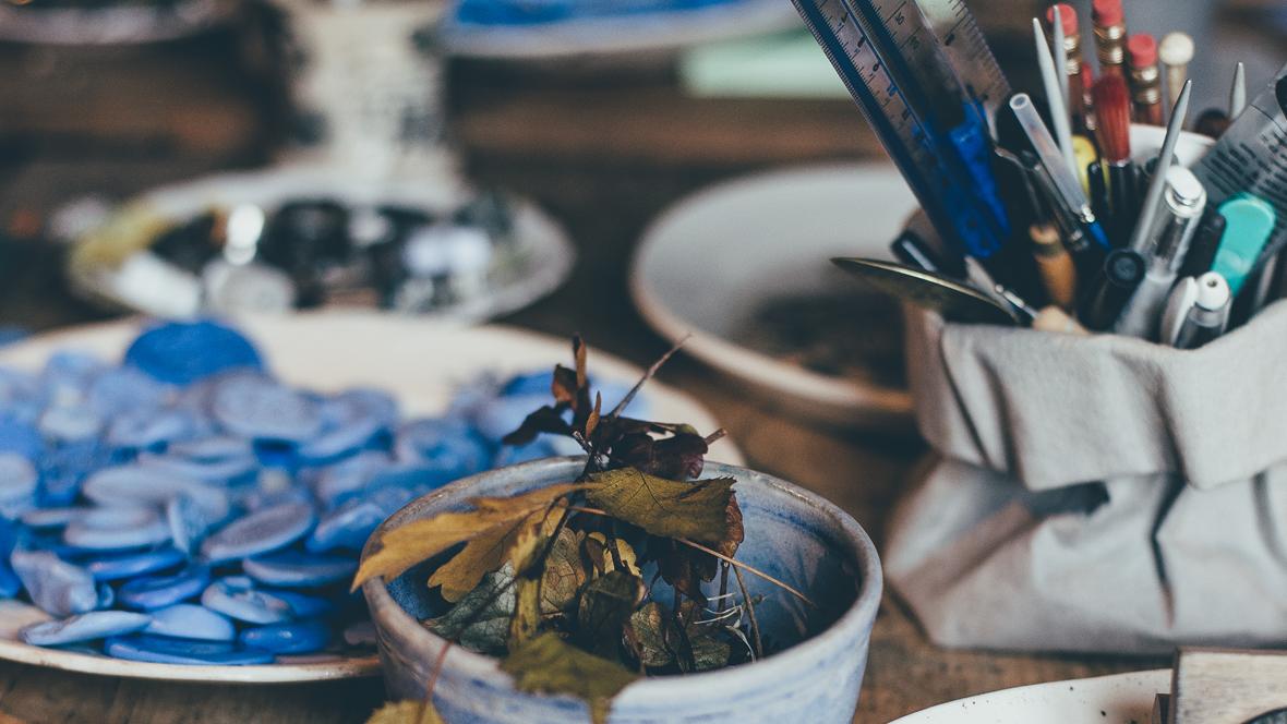 Bastelmaterialien in Schalen auf einem Tisch