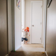 Kind spielt Halloween Spiele