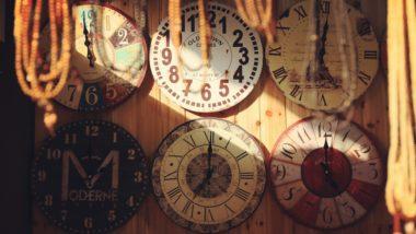 Eine Wand mit vielen Uhren