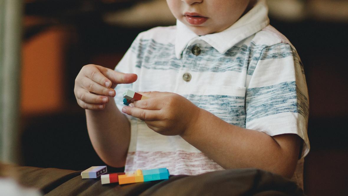 Kind 5 Jahre spielt mit Lego