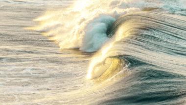 Kraftvolle Welle bricht