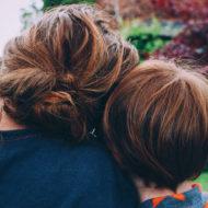 Mutter und Kind mit roten Haaren