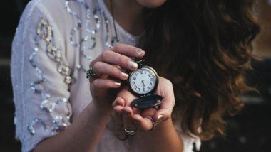 Wann kann man schwanger werden? Frau hält eine Uhr