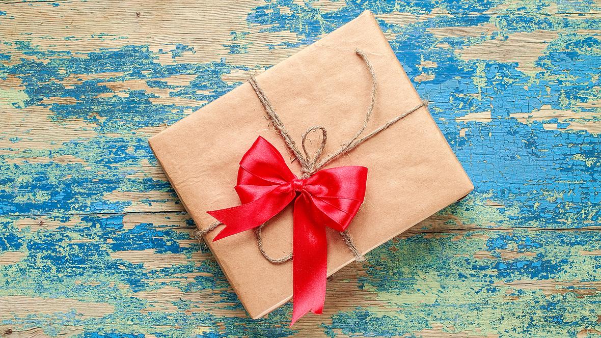 kleines Geschenk mit roter Schleife