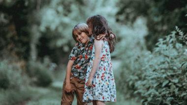 Bruder und Schwester stehen im Wald