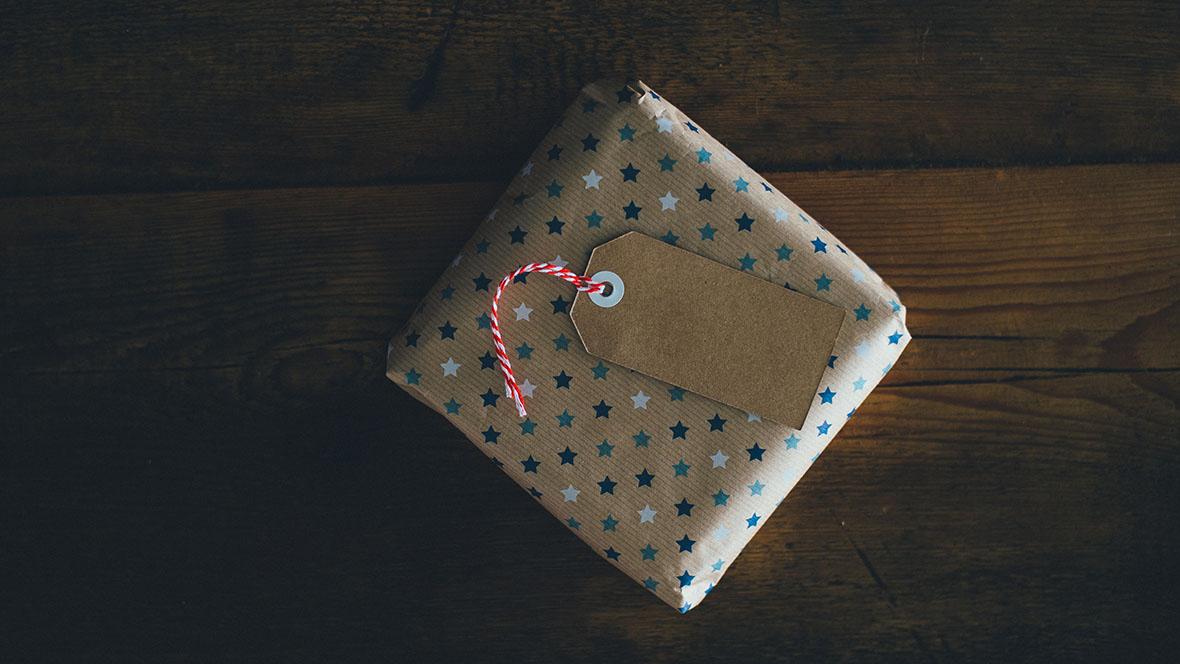 Ein verpacktes Geschenk auf einem Holztisch