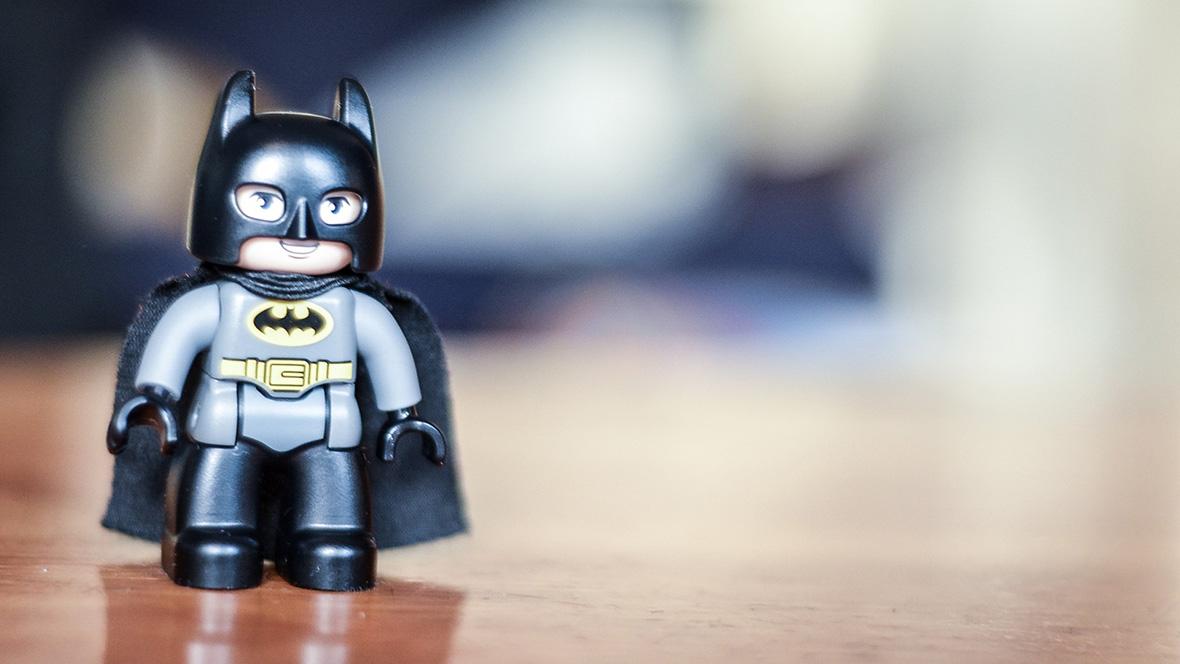 Lego Batman auf einem Holztisch