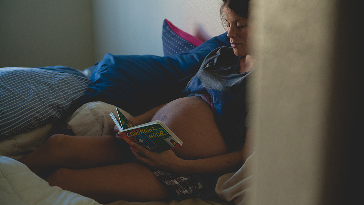 Schwangere liest ein Buch