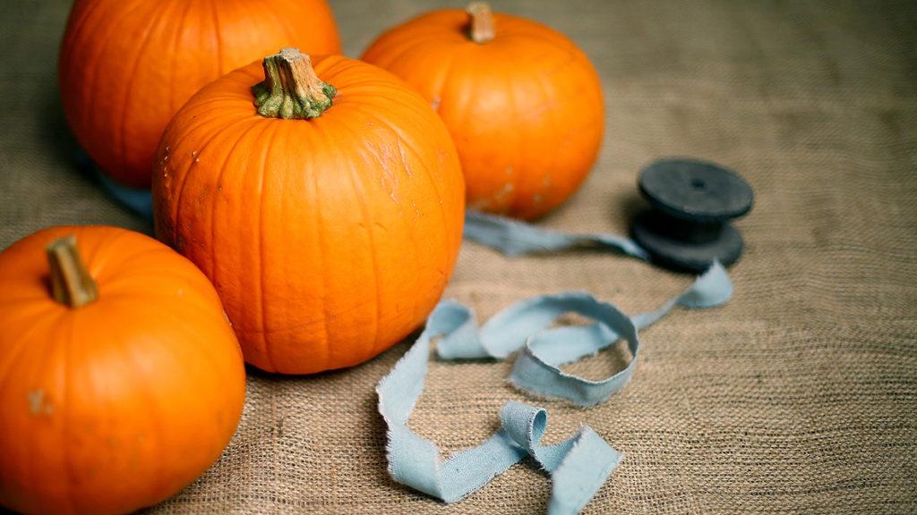Mit etwas Geschick und einem Kürbis lässt sich gruselige Halloween-Deko basteln