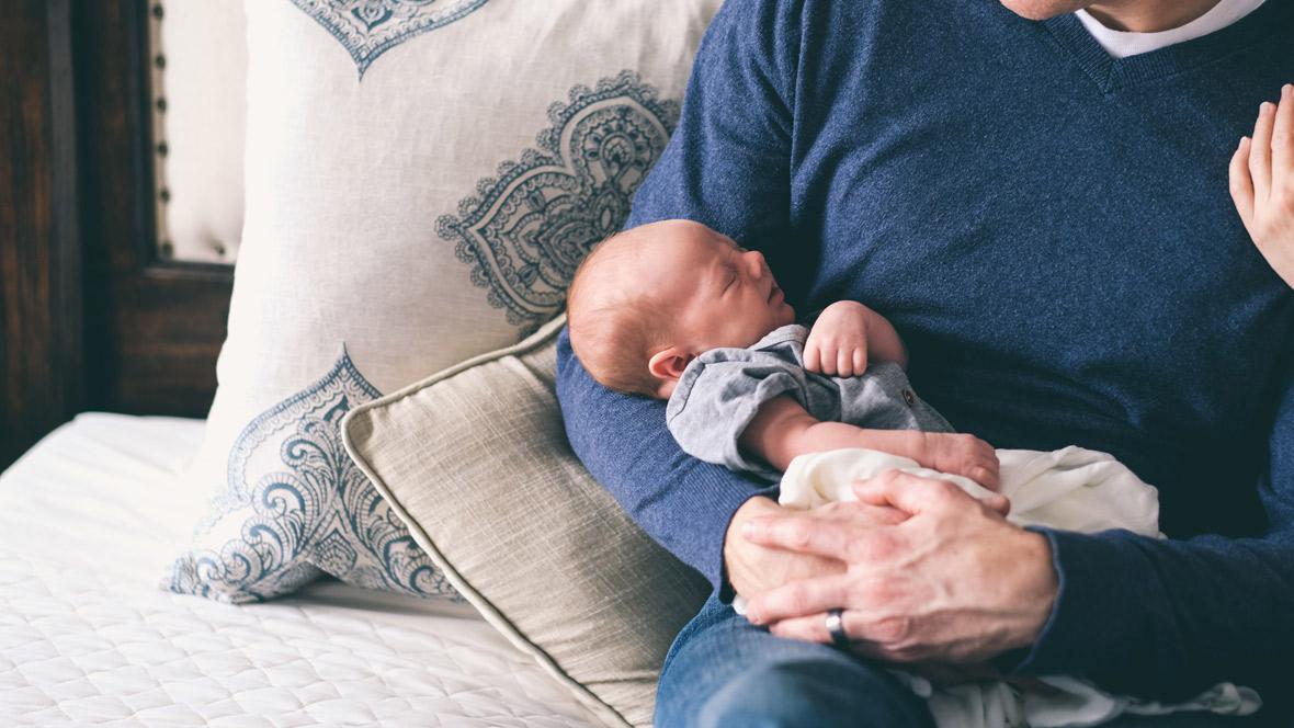 Vater mit Baby im Arm