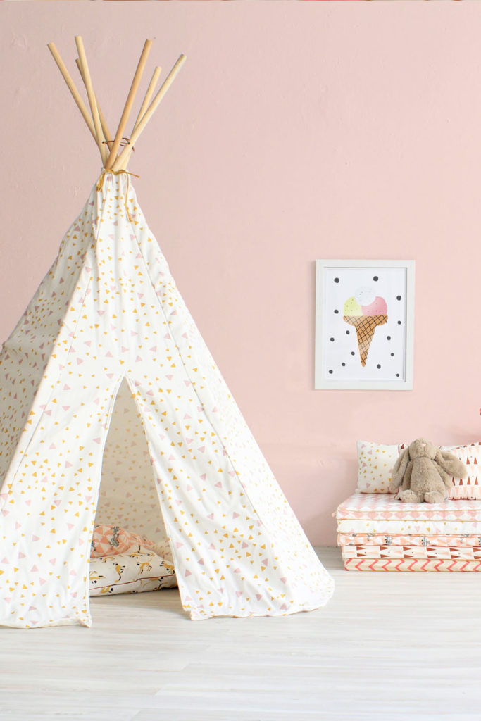 25 tipi f r kinderzimmer bilder wohnen mit kindern ein diy tipi als spielecke im wohnzimmer. Black Bedroom Furniture Sets. Home Design Ideas