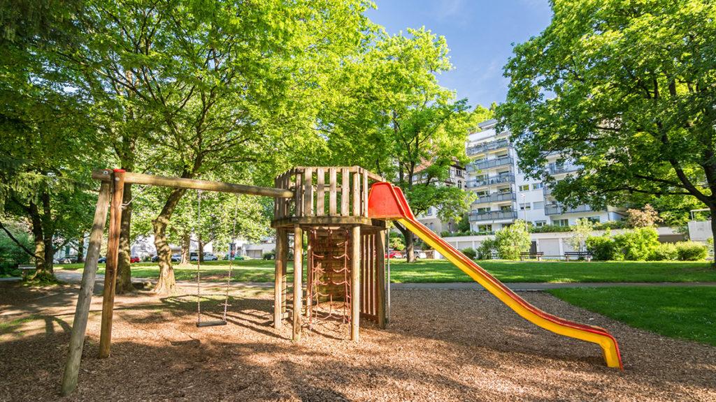 Auch bei Eigentumswohnungen sind heute meist großzügige Flächen im Freien zum Spielen für die Kinder vorgesehen.