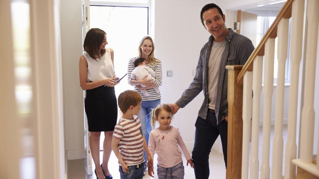 Ein Makler kann bei der Suche nach der perfekten Immobilie behilflich sein, schlägt aber auch mit entsprechenden Kosten zu Buche.