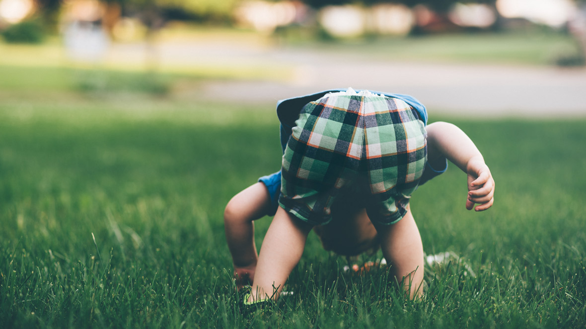 Kind spielt auf Rasen