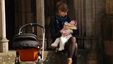Wenn das Abstillen geglückt ist: Eine junge Mutter füttert ihr Kind mit der Flasche.
