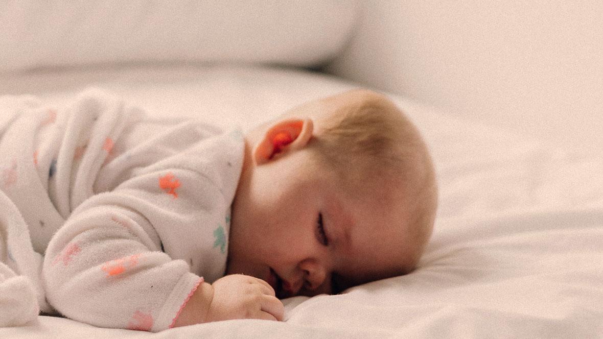 baby dreht sich im schlaf