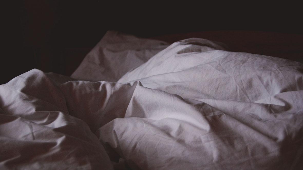 Verlassenes Bett in der Nacht