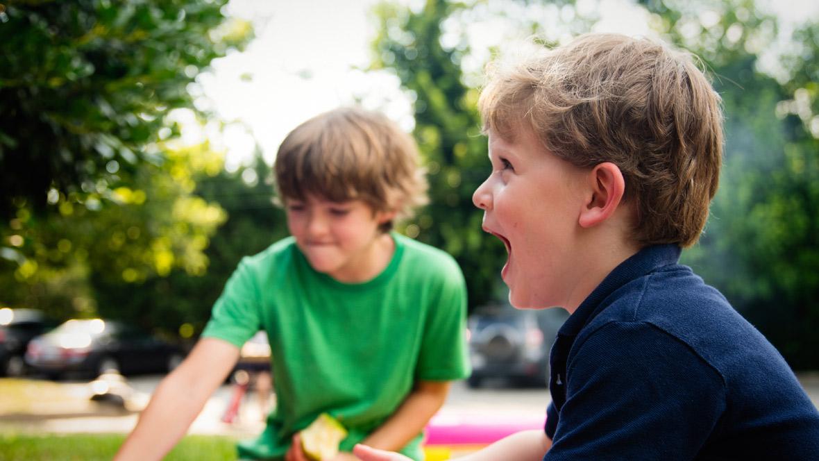 Zwei Jungs spielen zusammen