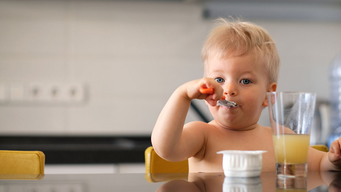 Kind isst Babybrei