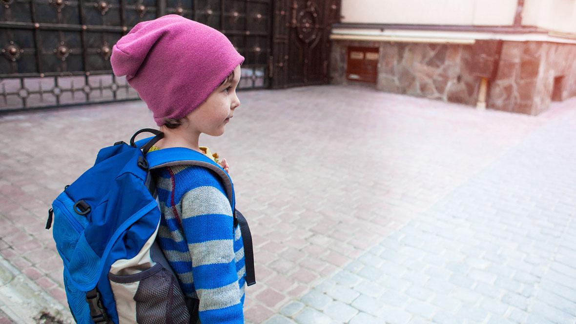 Junge auf dem Schulweg