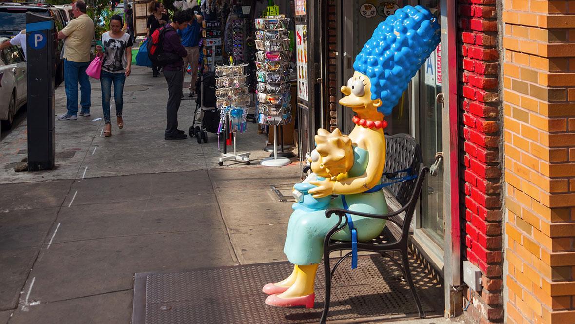 Marge Simpson sitzt auf Parkbank