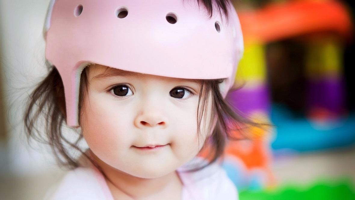 Baby mit pinkem Helm