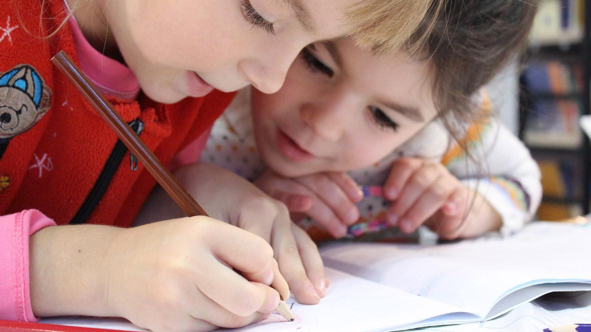 Kinder malen zusammen