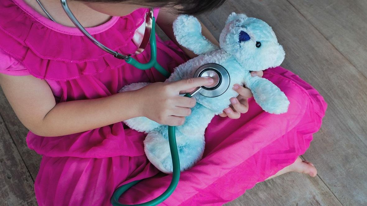 Mädchen spielt mit Teddybär