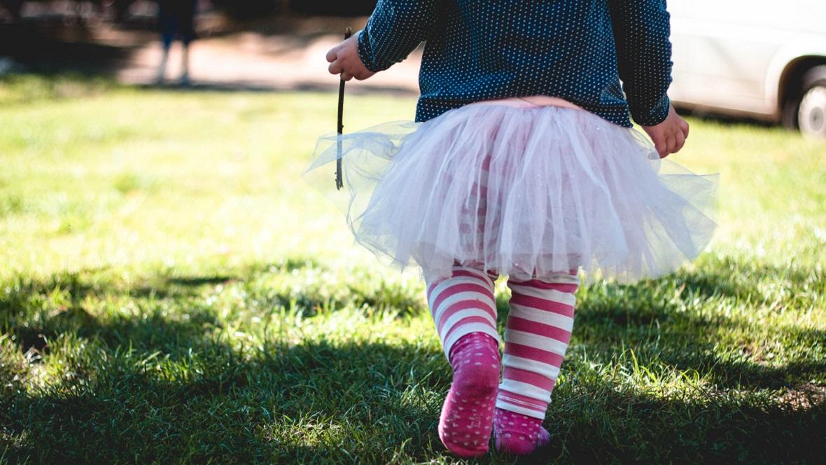 Kleines Kind mit rosa Tüllrock