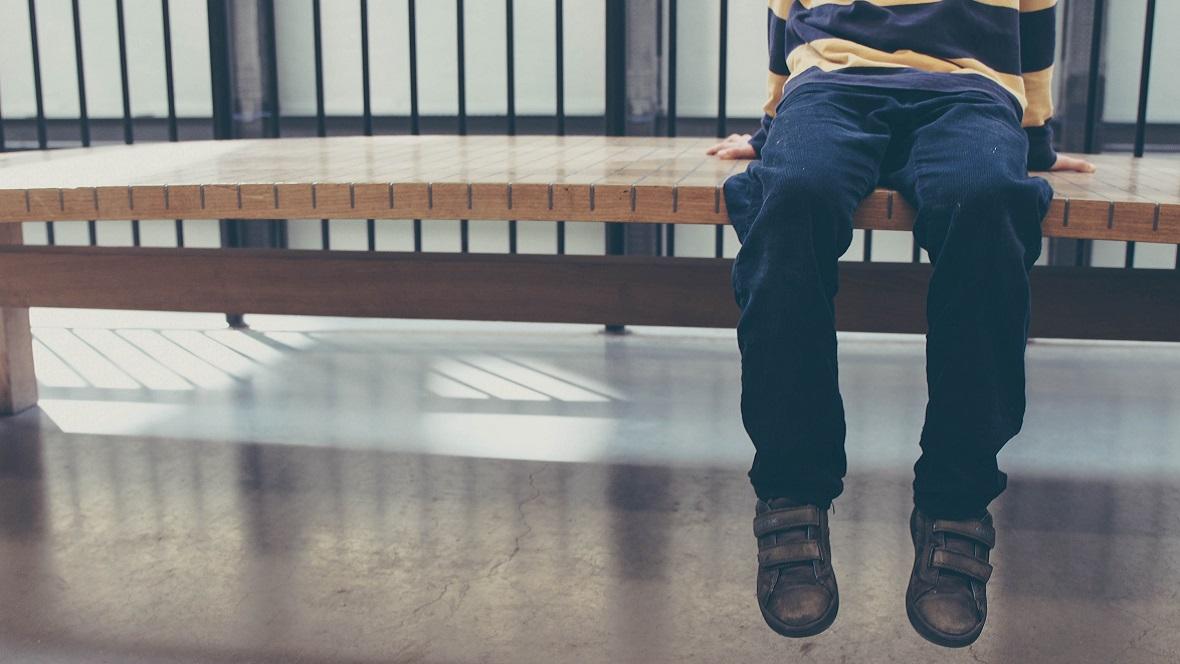 Kind sitzt auf der stillen Treppe