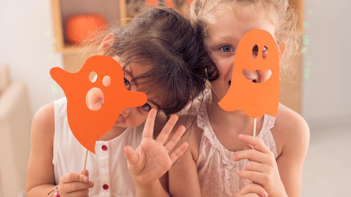 Zwei Mädchen basteln Papiergeister