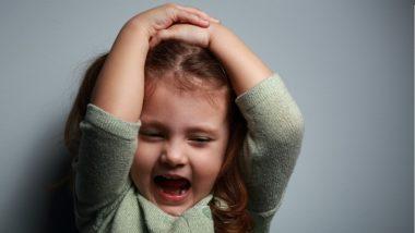 Kleines Mädchen schreit wütend