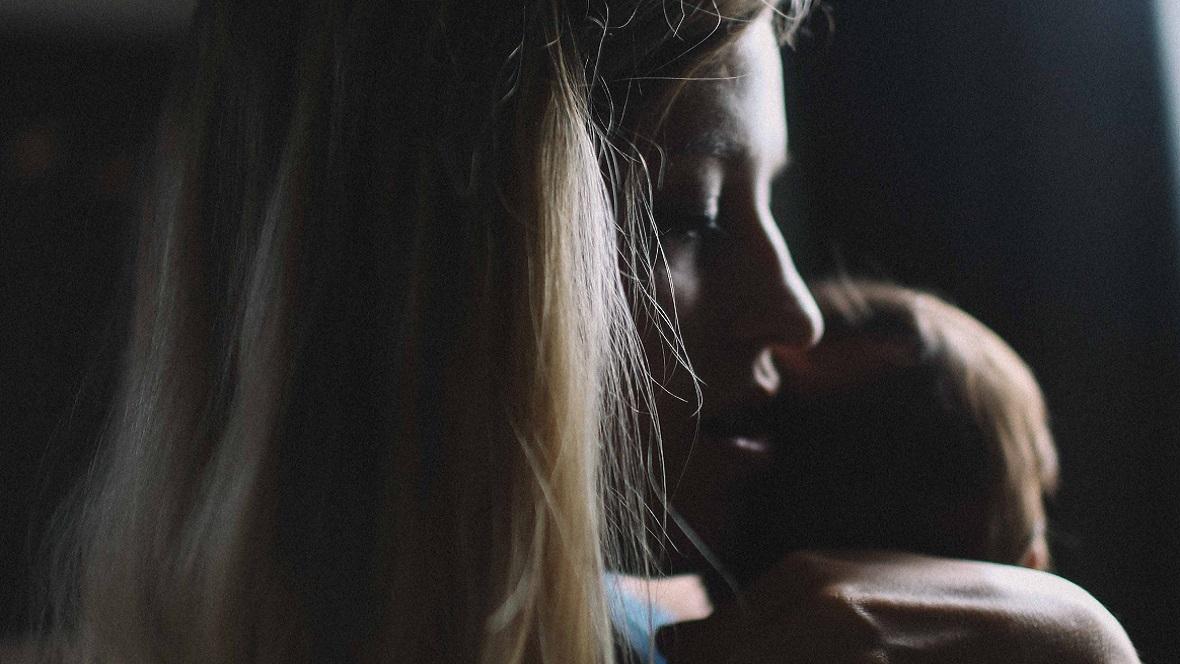 junge Mutter mit postnataler Dpression